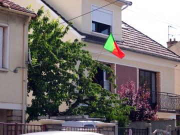 medium_bandeira_portuguesa_em_casa_em_franca.jpg